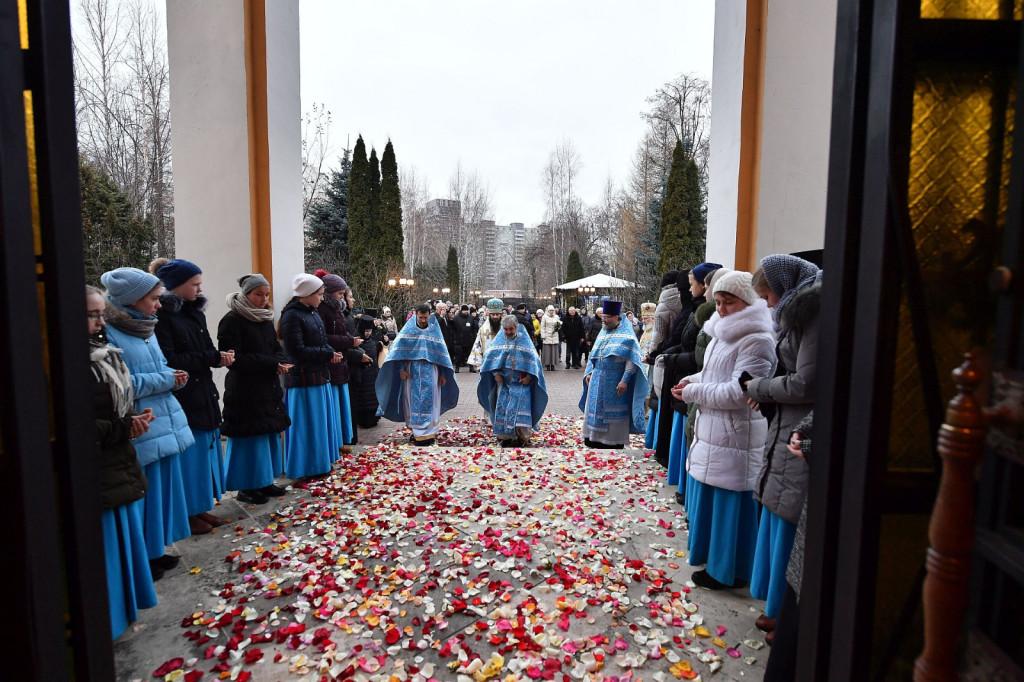 4Slujire-la-Mănăstirea-Adormirea-Maicii-Domnului-din-Rusia-4
